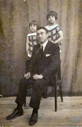 Con su padre y hermana